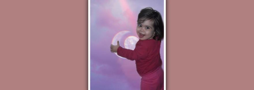 nina con sindrome de down sosteniendo la luna