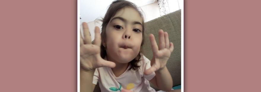 imagen de nina con sindrome de down usando lenguaje bimodal