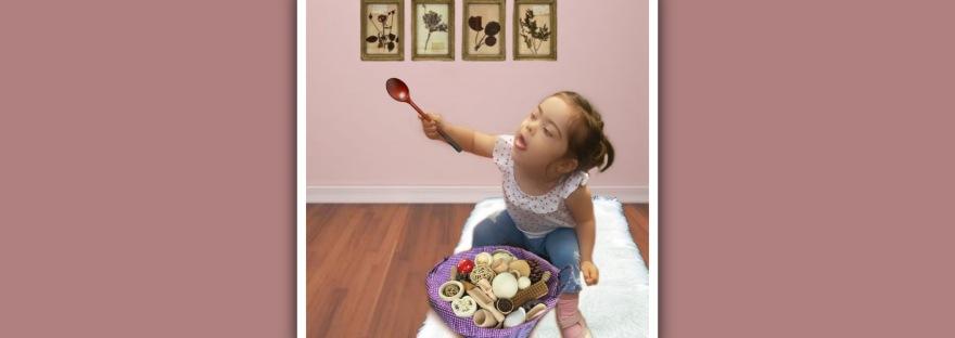 imagen niña sindrome de down con cesto con objetos. montessori
