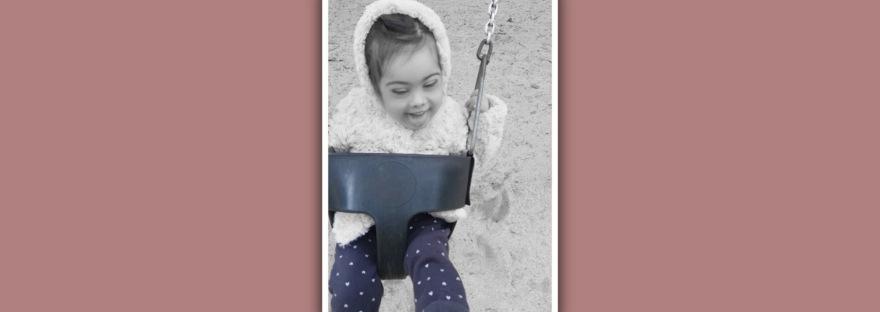 imagen niña sindrome down en columpio sistema vestibular