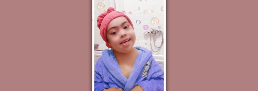 imagen de niña con sindrome de down en albornoz