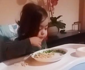 imagen nina comiendo espagueti