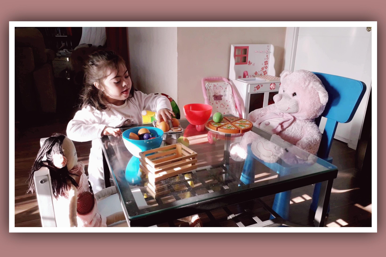 imagen niña sindrome down juego libre con muñecos