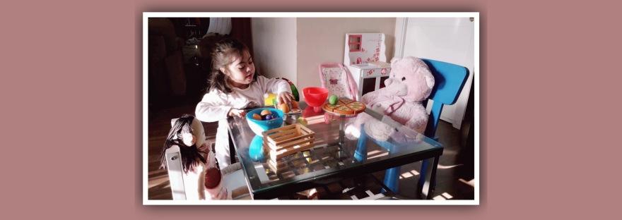 imagen niña sindrome de down juego libre con muñecos