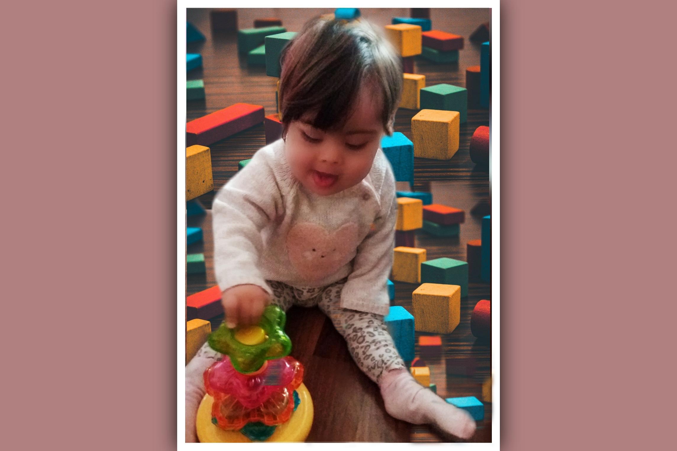nina con sindrome de down jugando con bloques