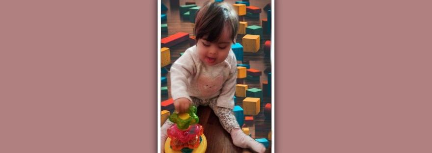imagen de niña con sindrome de down jugando con bloques