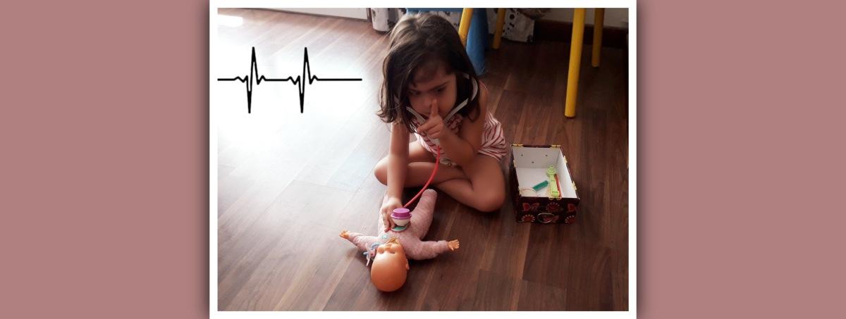 niña sindrome de down jugando a medicos