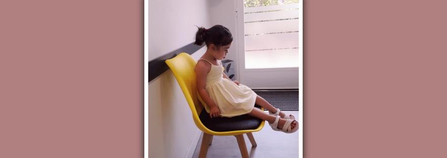 niña con sindrome de down en sala de espera de terapia