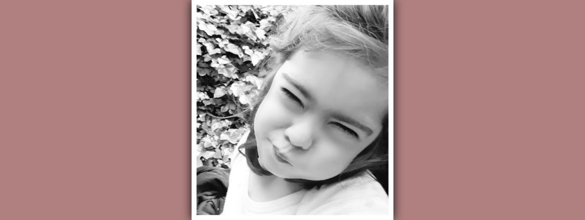 niña con sindrome de down con gesto de frustracion
