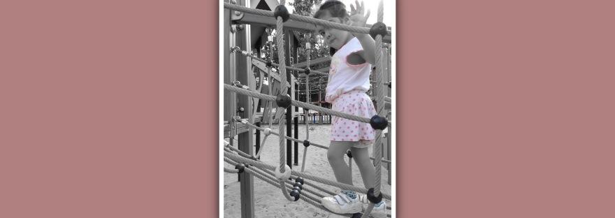 niña con sindrome de down andando por pasarela de cuerdas