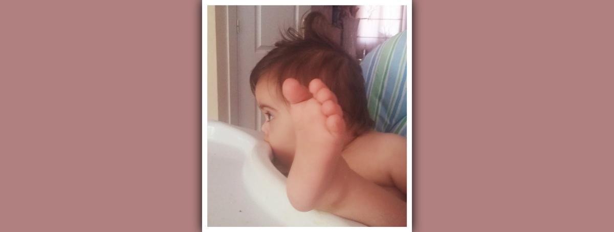 niña con sindrome de down mostrando un pie