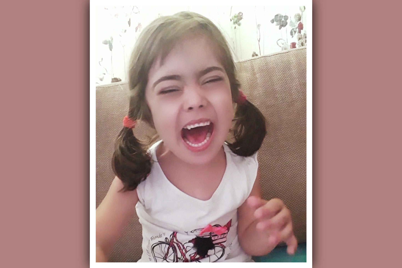 niña con sindrome de down llorando