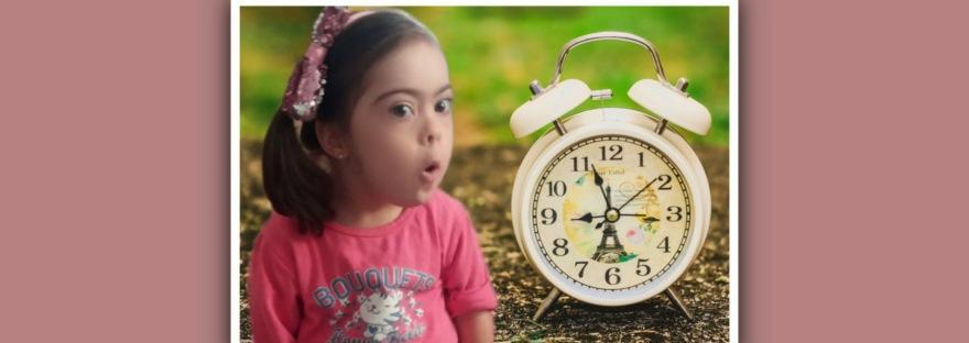 imagen niña sindrome de down con un reloj
