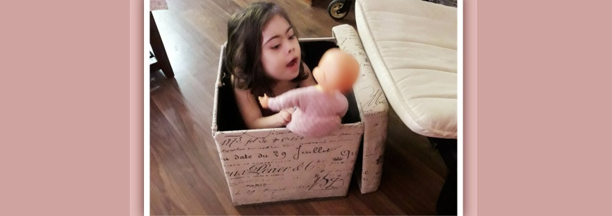 imagen de niña con sindrome de down dentro de una caja